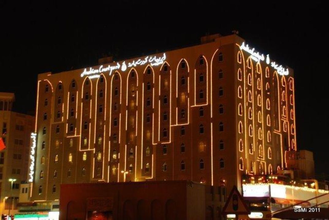 Fassade bei Nacht Arabian Courtyard Hotel & Spa