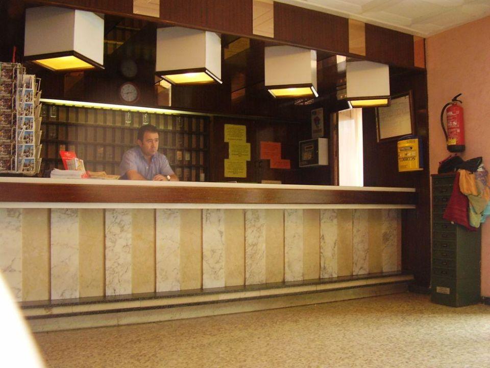 Die Lampe ist 1. schief und 2. nicht voll funktionsfähig Hotel Marisol