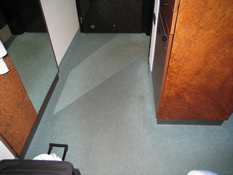 bild der abgelaufene dreckige teppich zu hotel leonardo. Black Bedroom Furniture Sets. Home Design Ideas
