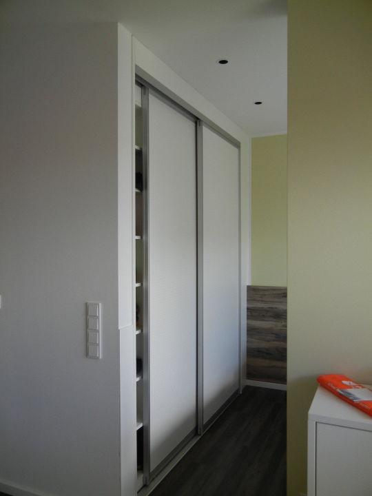 einbauschrank mit schiebet ren und jeder menge pla. Black Bedroom Furniture Sets. Home Design Ideas