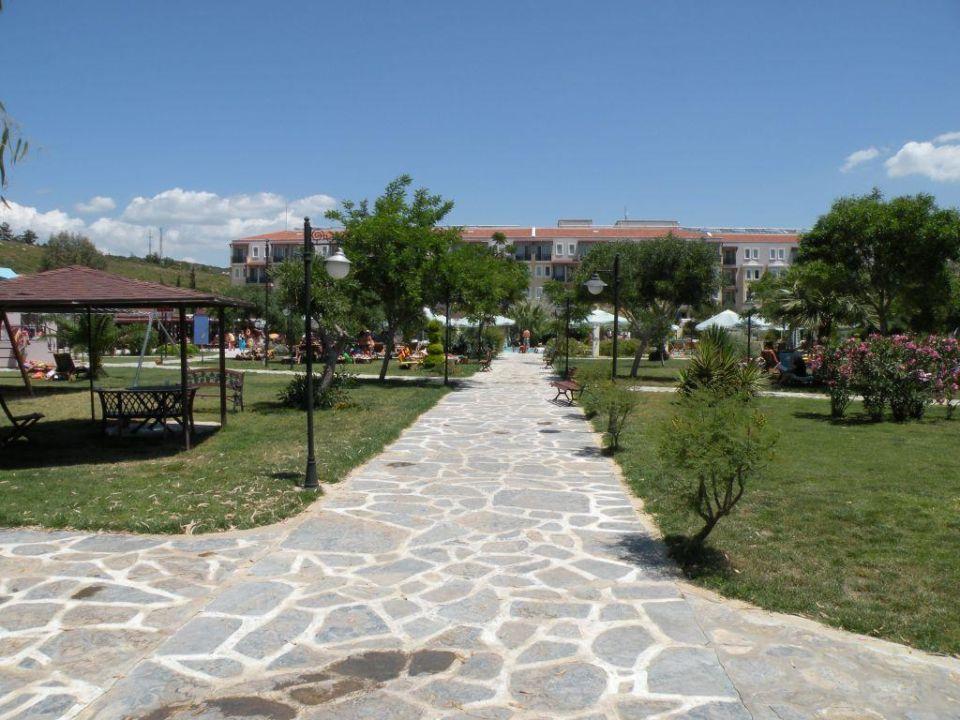 Weg vom Strand zum Haupthaus Club Yali Hotels & Resort