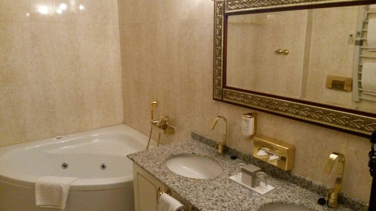 Das Badezimmer der Junior Suite\