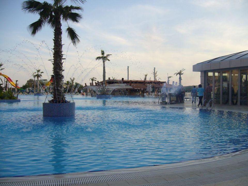 Poolansicht vom Außenbereich des Restaurants Golden Imperial Resort Hotel