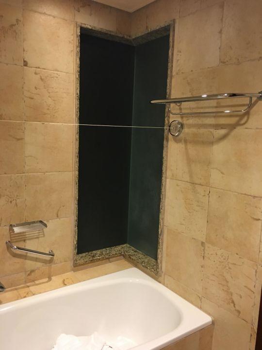 bad milchglas fenster ins zimmer zeigend hotel danat jebel dhanna resort jebel dhanna. Black Bedroom Furniture Sets. Home Design Ideas