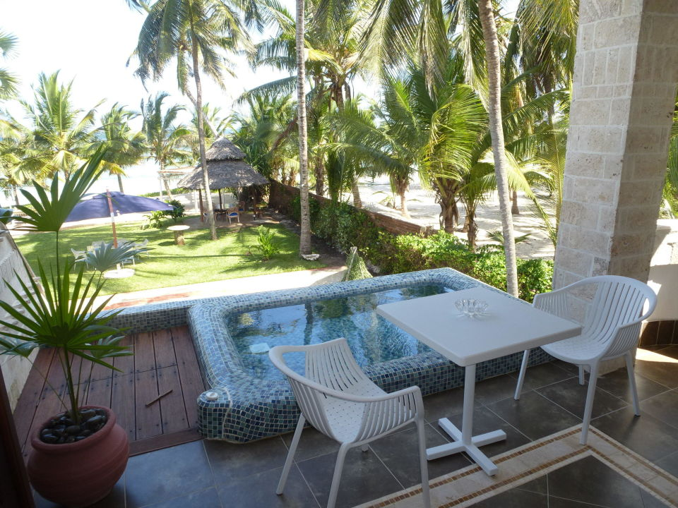 bild pool auf dem balkon mit blick aufs meer zu the maji beach boutique hotel in diani beach. Black Bedroom Furniture Sets. Home Design Ideas