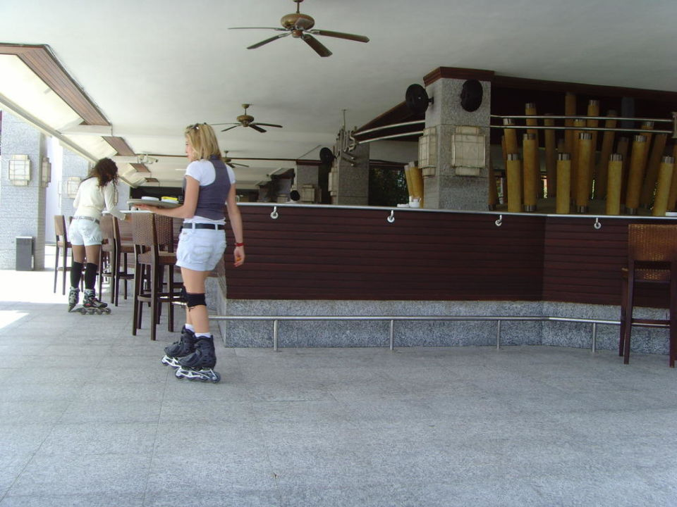Kellnerin auf Inlinern Rixos Sungate