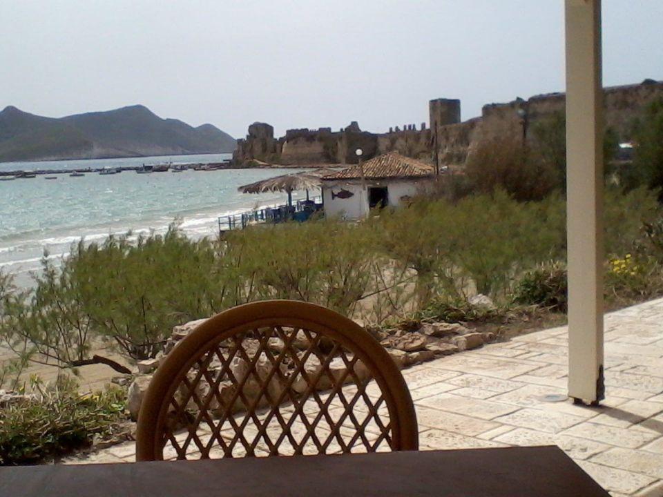 Terrasse mit Blick auf ein Fisch-Restaurant Hotel Methoni Beach