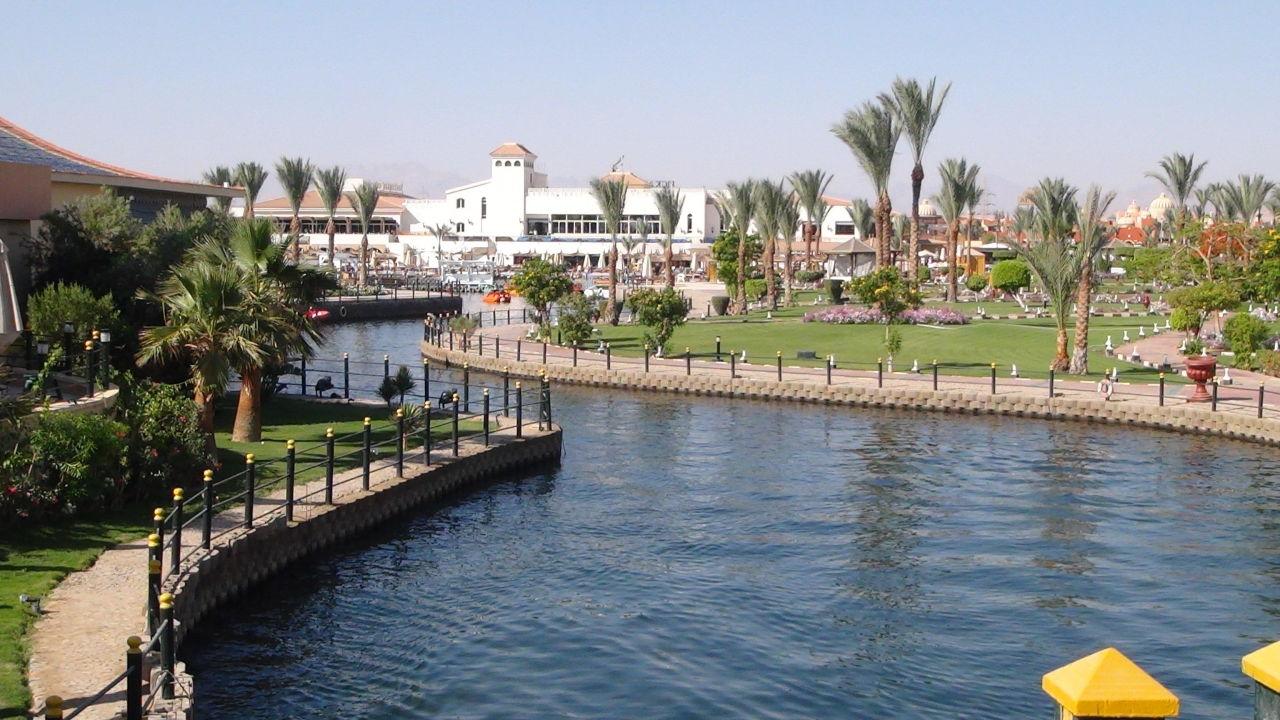 Künstliche Lagune zum Strand Dana Beach Resort