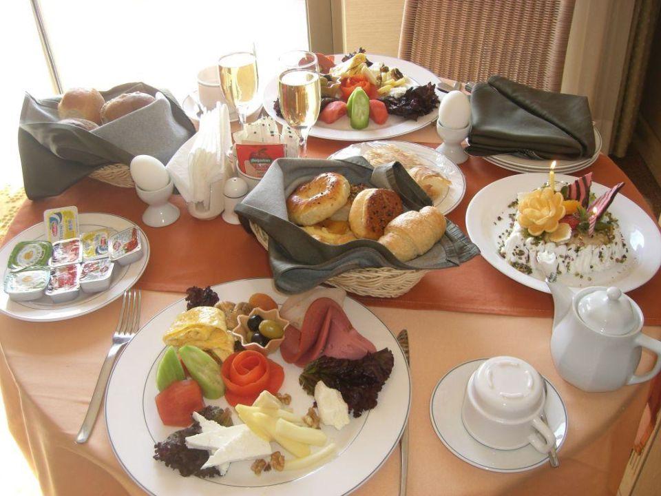 Geburtstagsfr Hst Ck Mit Torte Hotel Fame Residence Lara