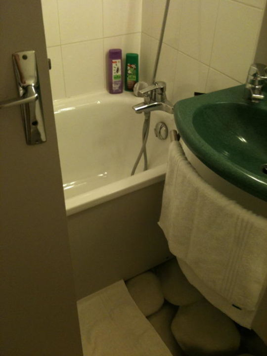 bild wc mit pvc boden im bad zu ibis styles hotel paris. Black Bedroom Furniture Sets. Home Design Ideas