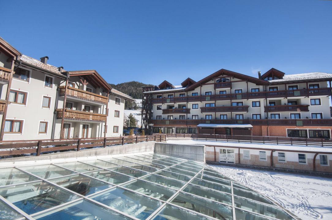 Esterno con vetrata piscina golf hotel folgaria - Hotel folgaria con piscina ...