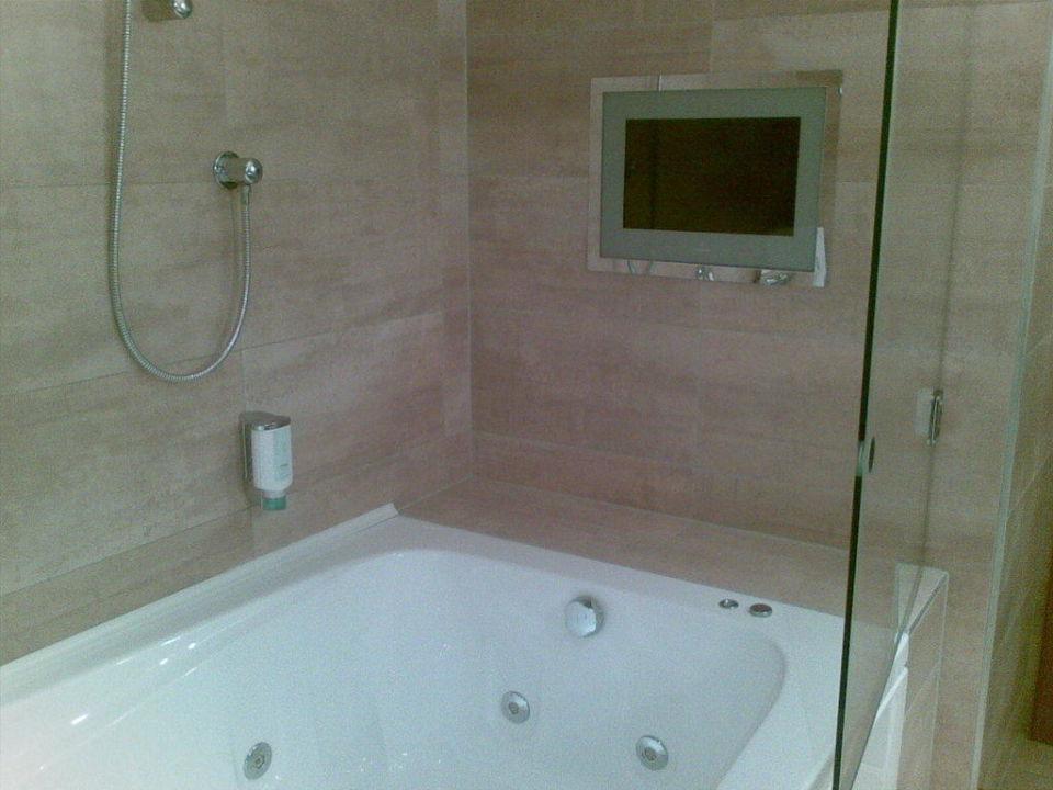 Flat-TV im Badezimmer\