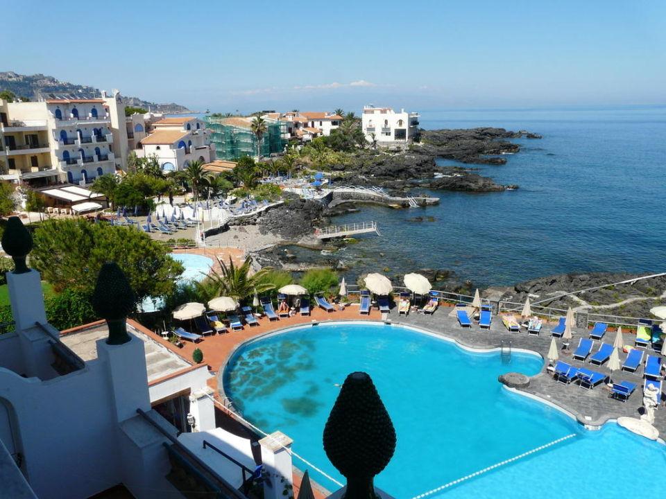 Pool am felsstrand hotel arathena rocks in giardini for Sizilien design hotel