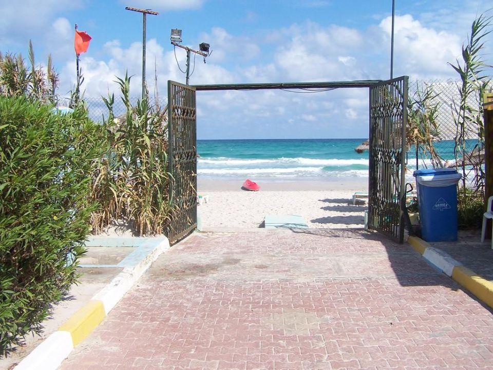 Ausgang zum Strand Hotel Fatimi Garden