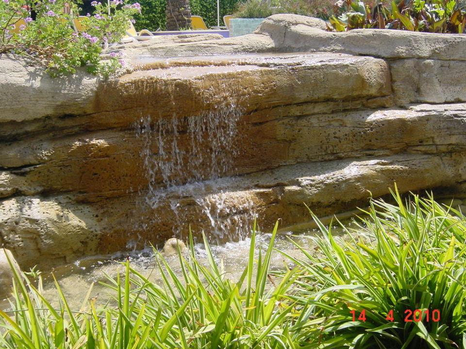 Einer von vielen Miniwasserfällen am Pool The Xanthe Resort & Spa