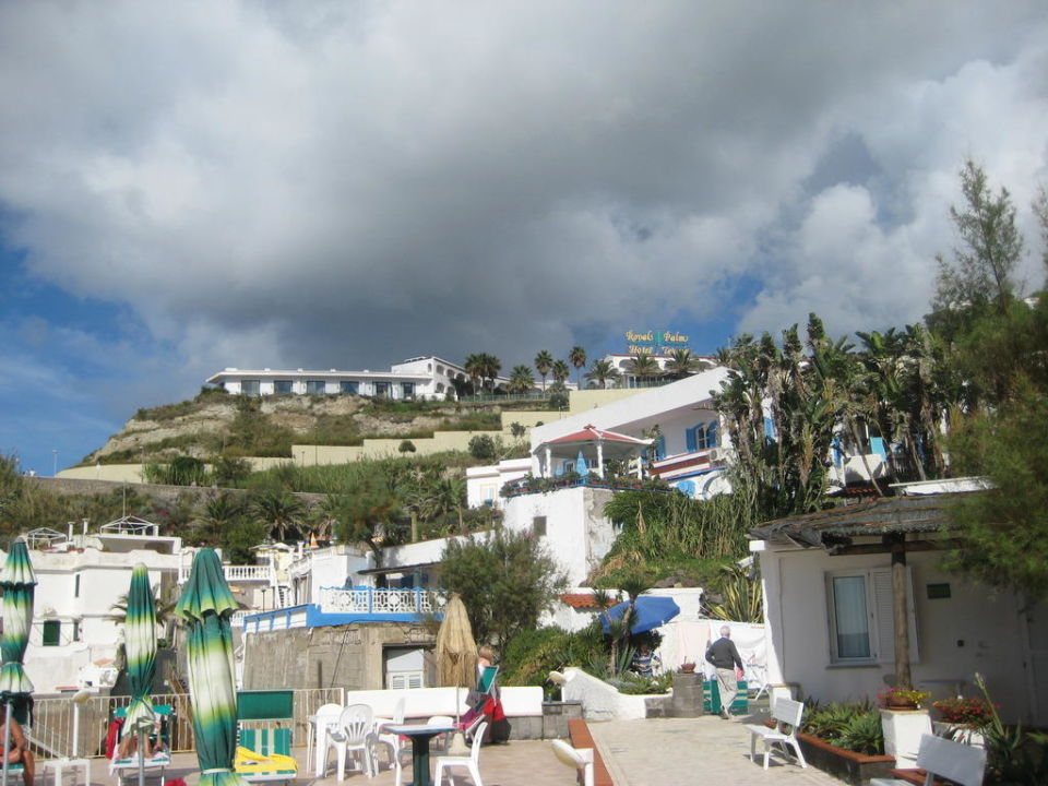 Blick vom Citara-Strand auf die Hotelanlage Hotel Royal Palm Terme & Parco San Marco