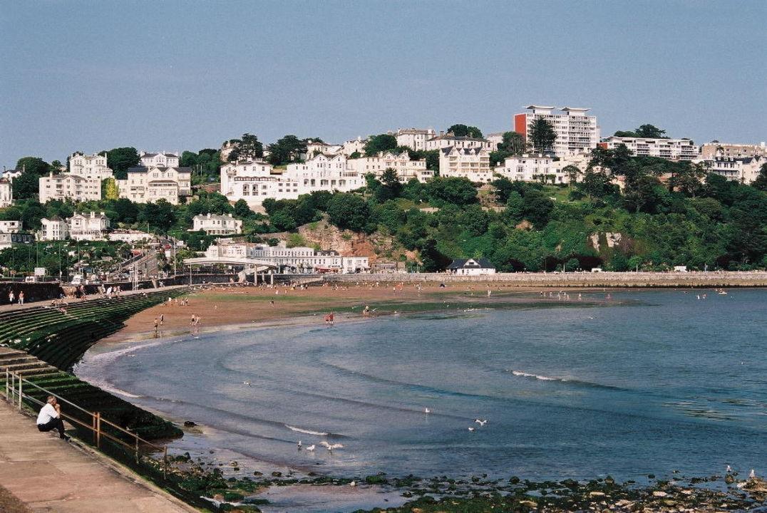 Promenade und Strand von Torquay bei Ebbe Grand Hotel