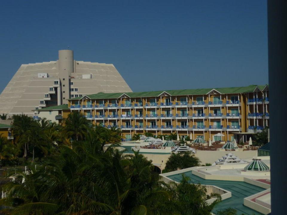 Blick vom Balkon auf Haupthaus und Terrasse Melia Las Antillas - Adults only