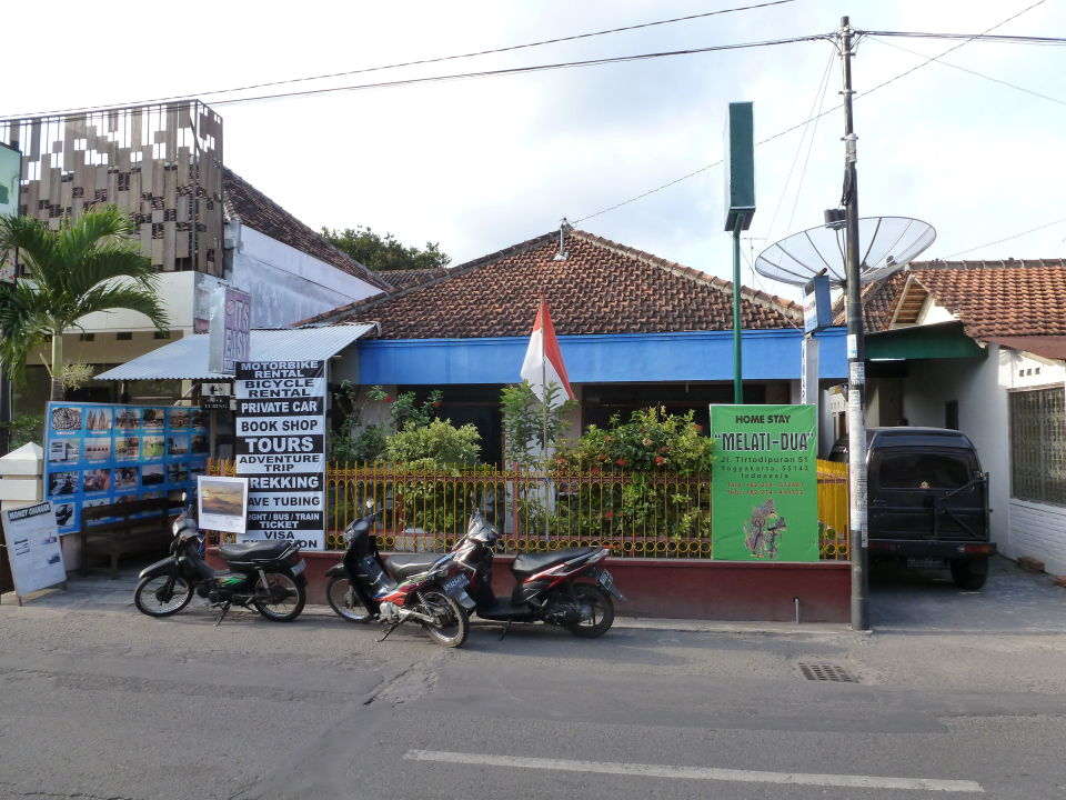 Reisebüro auf anderer Straßenseite Hotel Tulips