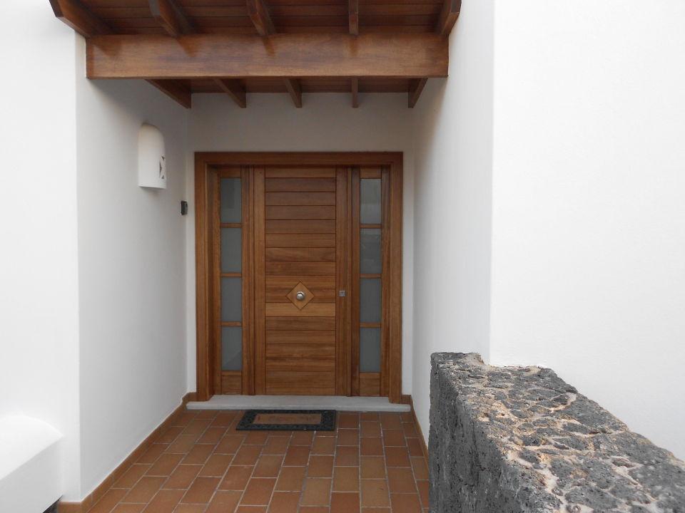 bild zugang zur villa im dunkeln zu villa mamma mia in. Black Bedroom Furniture Sets. Home Design Ideas