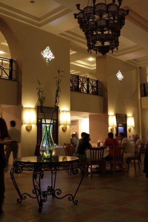 Gepflegter Speisesaal im Hauptrestaurant Hotel Reef Oasis Beach Resort