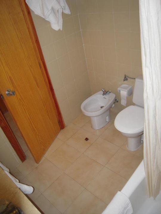 Badezimmer mit WC & Bidet. Hotel Tora