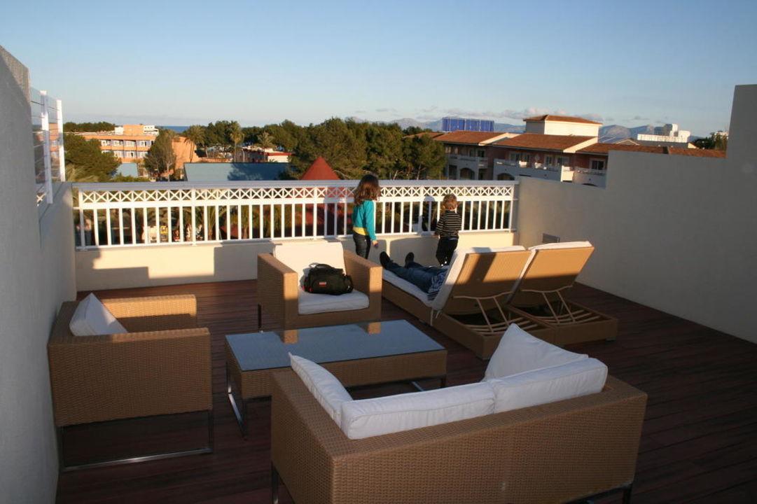 dachterrasse mit jacuzzi richtung pool hotel viva blue platja de muro playa de muro. Black Bedroom Furniture Sets. Home Design Ideas