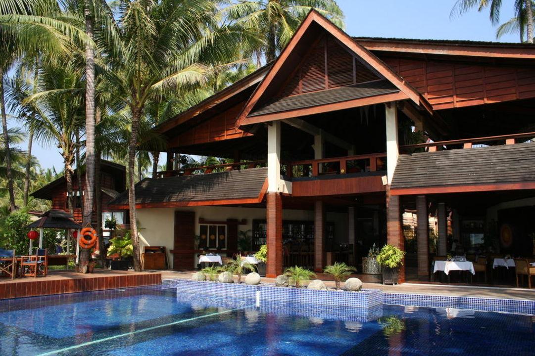 Hauptgebäude mit Poolanlage Hotel Amata Resort