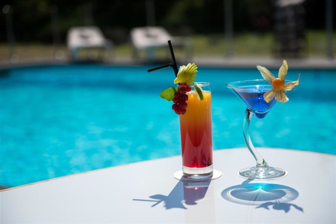 cocktail au bord de la piscine hotel holiday inn