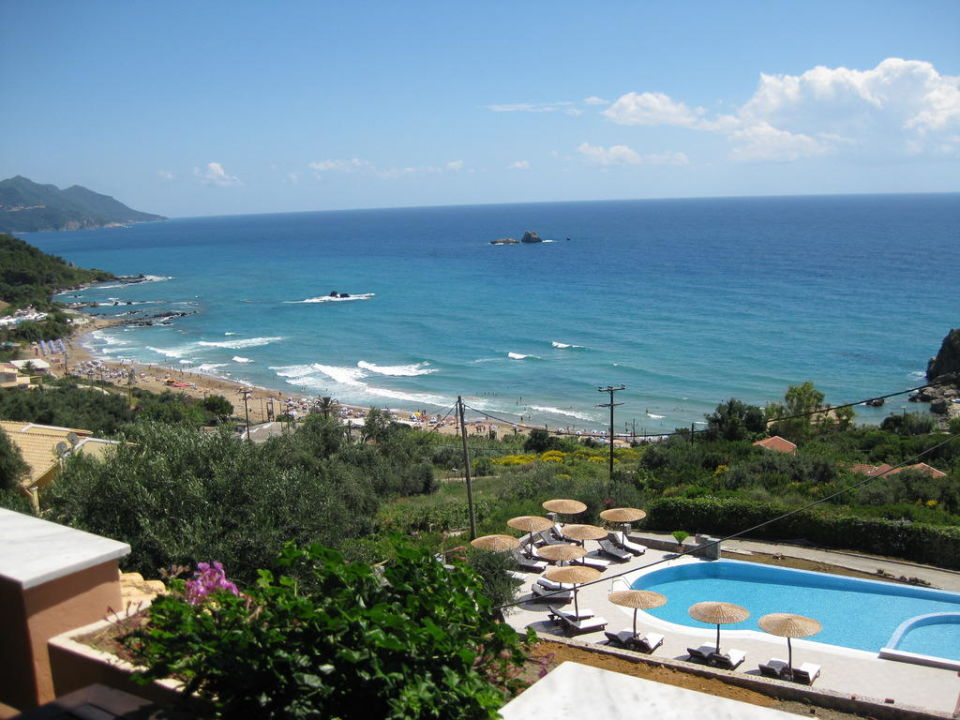 blick vom balkon auf pool strand green hill. Black Bedroom Furniture Sets. Home Design Ideas