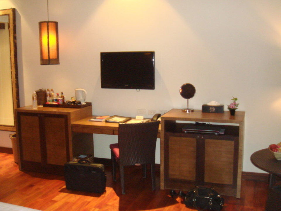 Schreibtisch, Minibar und Fernseh im Zimmer Hotel Sareeraya Villas & Suites