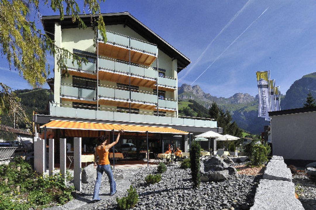 Aussenansicht mit Steingarten Hotel Hahnenblick