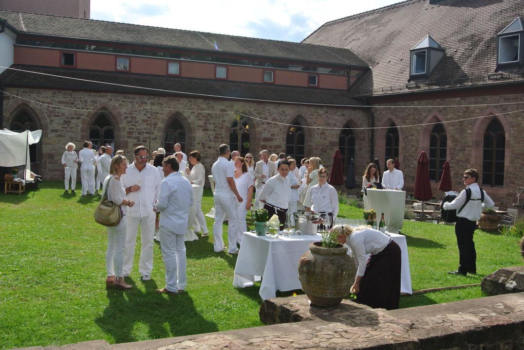 Whie Dinner Veranstaltung im Klostergarten\