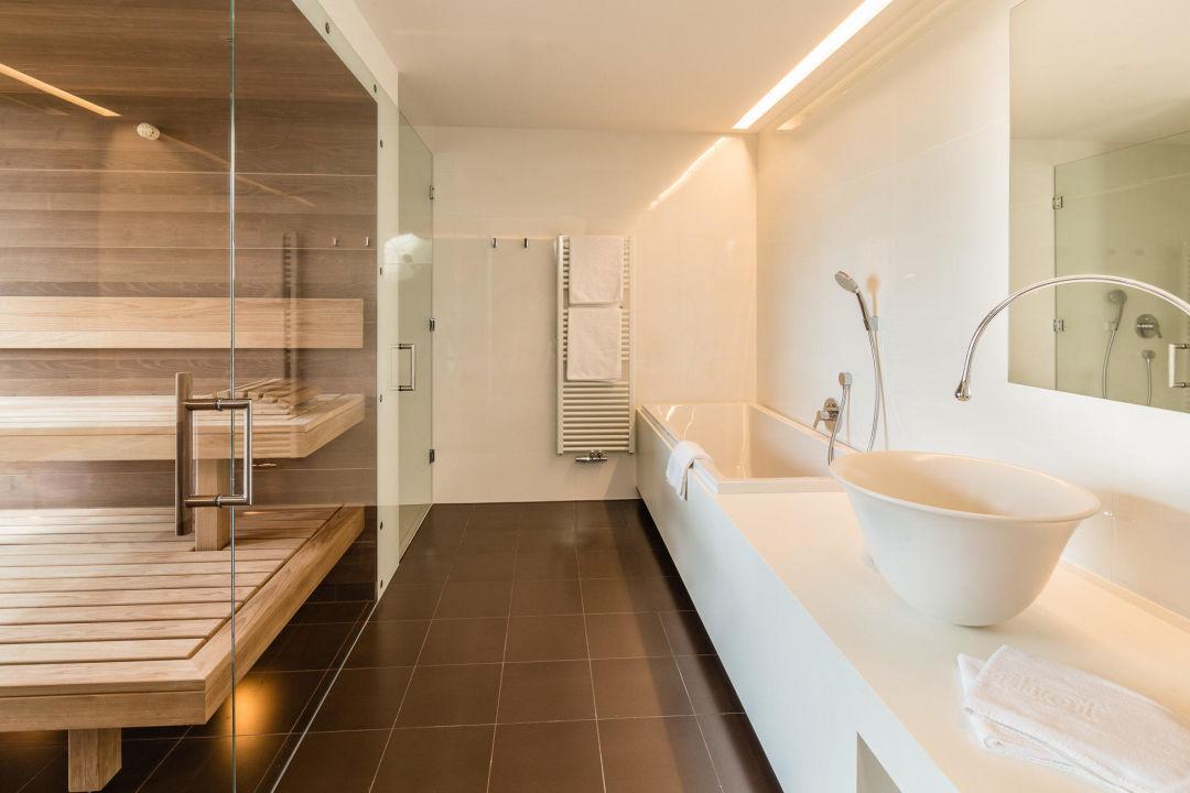 """badezimmer mit sauna in der panoramasuite"""" hotel valserhof in vals, Badezimmer"""