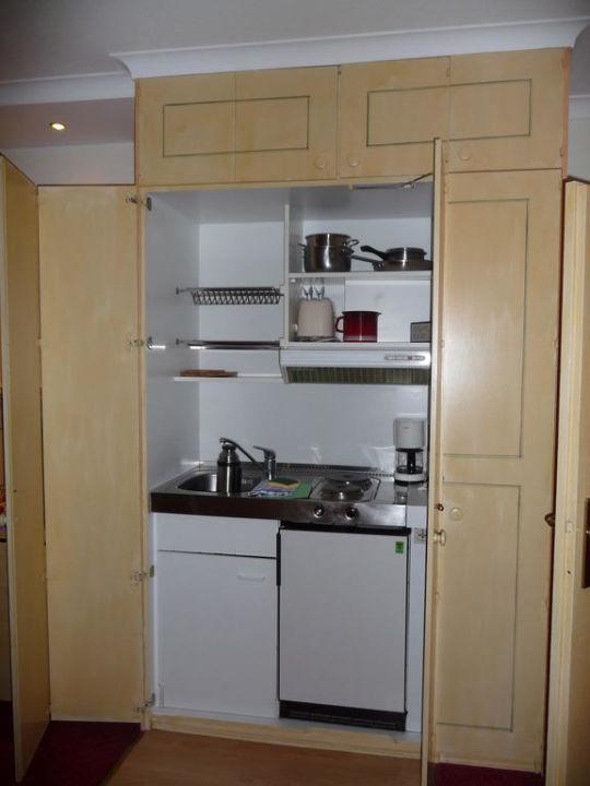 Die kleine Küche ist im Schrank versteckt\