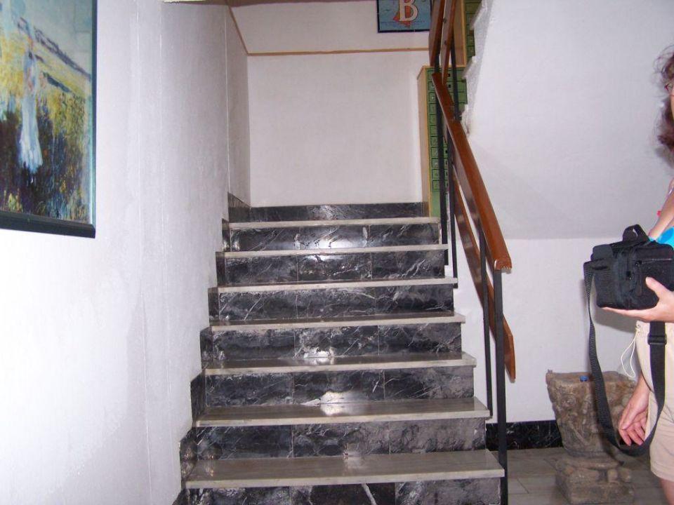 Treppe von Eingangshalle zum Speisesaal Hotel Bellamar / Bella Mar