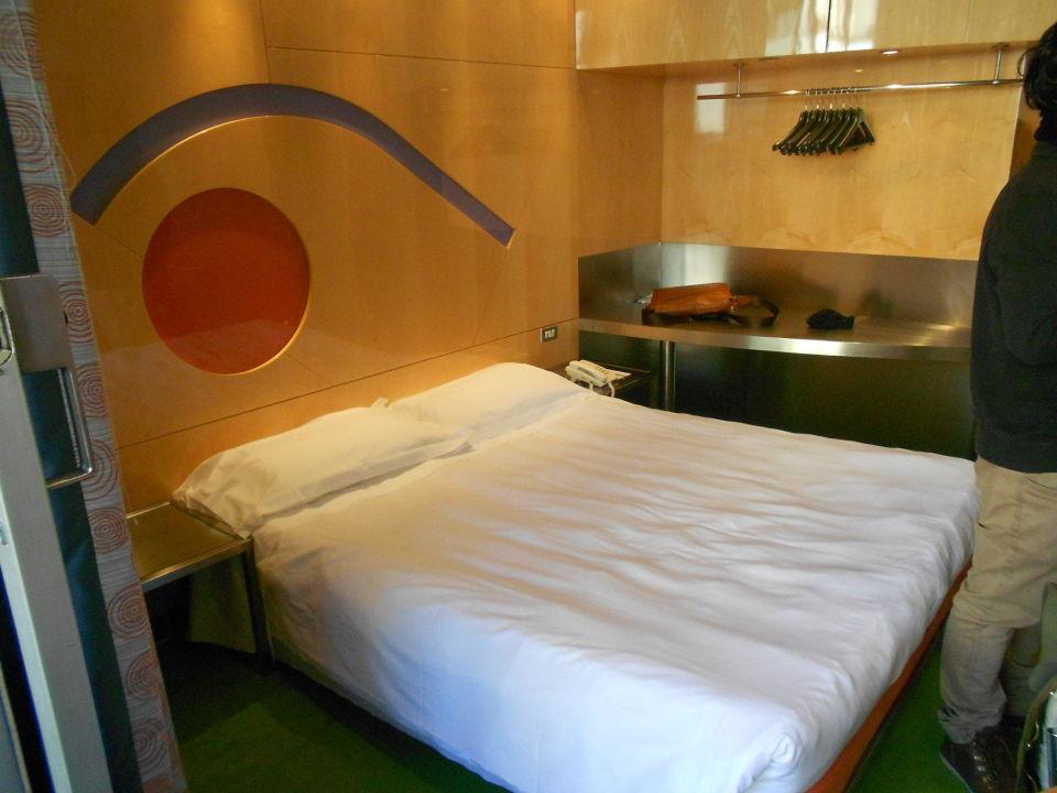 Das Zimmer - Kleiderstange, aber kein Schrank Hotel Albani Roma