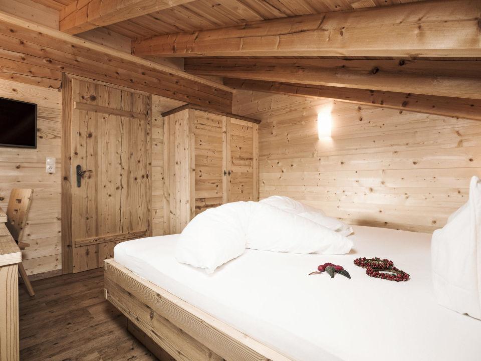 Schlafzimmer mit Zirbenholz eingerichtet \