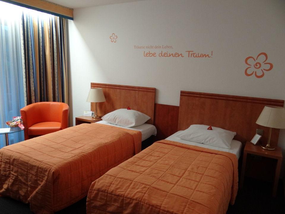 bild stange mit b gel statt kleiderschrank zu parkhotel sonnenberg in eltville. Black Bedroom Furniture Sets. Home Design Ideas