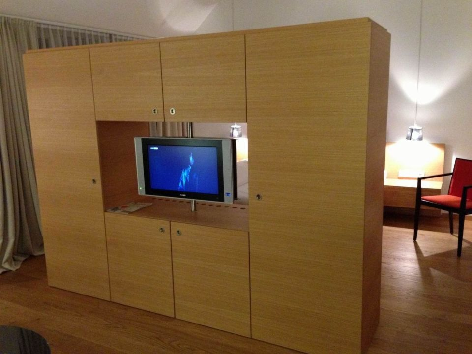 raumteiler mit flat tv drehbar steigenberger hotel and spa krems krems an der donau. Black Bedroom Furniture Sets. Home Design Ideas