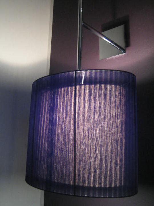 Lila Lampe am Bett Hotel Roomers