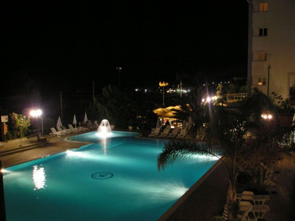 Nachtaufnahme vom Pool Hotel Santa Lucia e Le Sabbie d'Oro