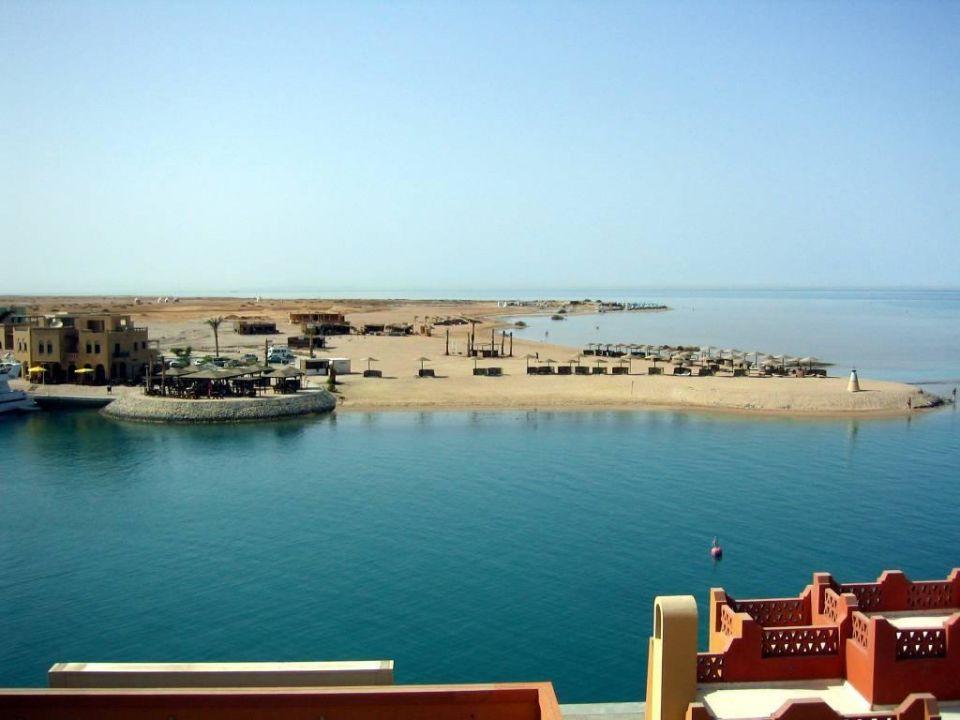 Blick vom Dach des Ocean View zum Strandbereich und dahinter Hotel Three Corners Ocean View