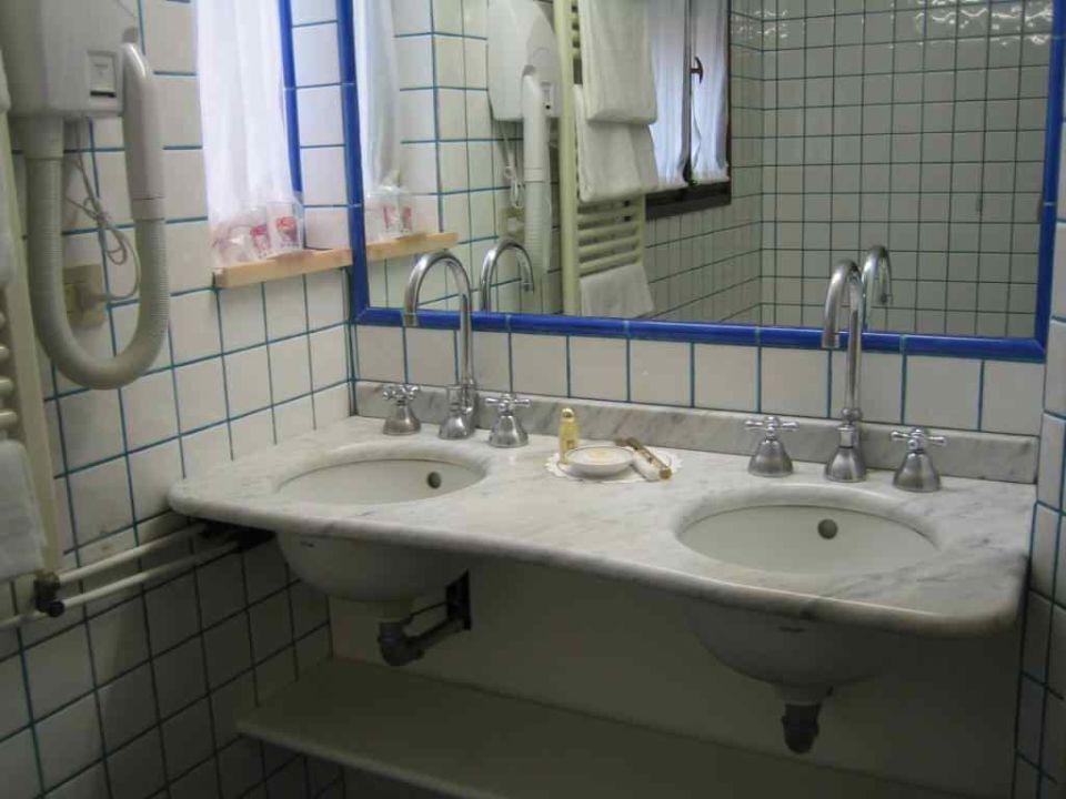 Badezimmer mit Fenster Hotel Giorgione
