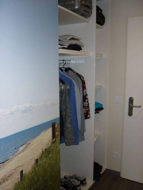 bild kleiderschrank offen zu a ja gr mitz das resort. Black Bedroom Furniture Sets. Home Design Ideas