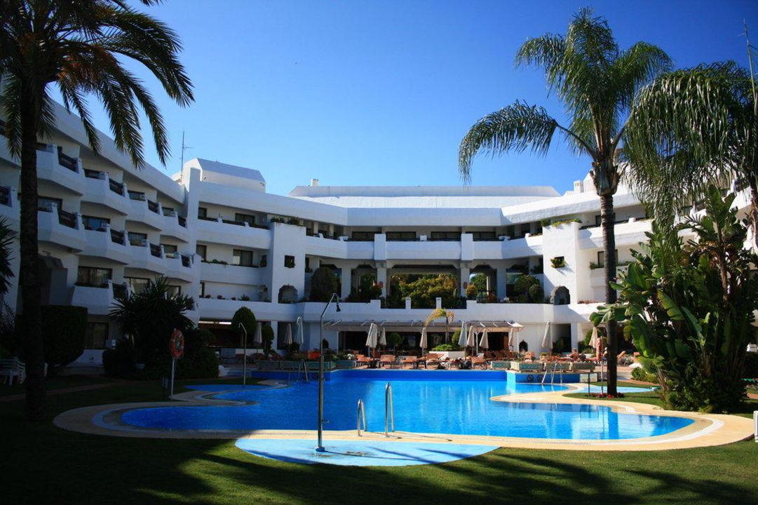 Pool mit Teil der Gartenanlage Iberostar Marbella Coral Beach