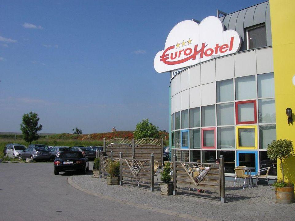 Kleiner Gastgarten vor dem Hotel Life Hotel Vienna Airport