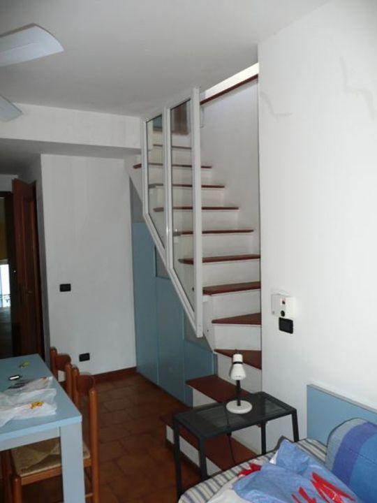 Wohnraum Mit Treppenaufgang Zum Balkon Villa Marina Residence