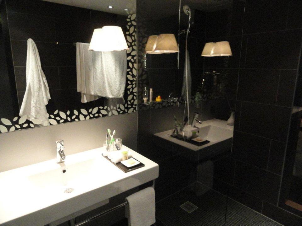 Badezimmer mit Blick auf Dusche\