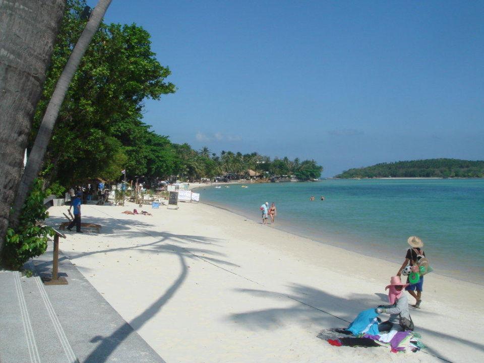 Ausblick von der Poolliege auf den Strand Hotel Sareeraya Villas & Suites